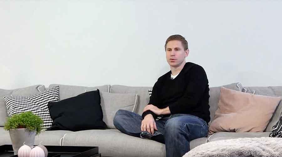 mies sohvalla